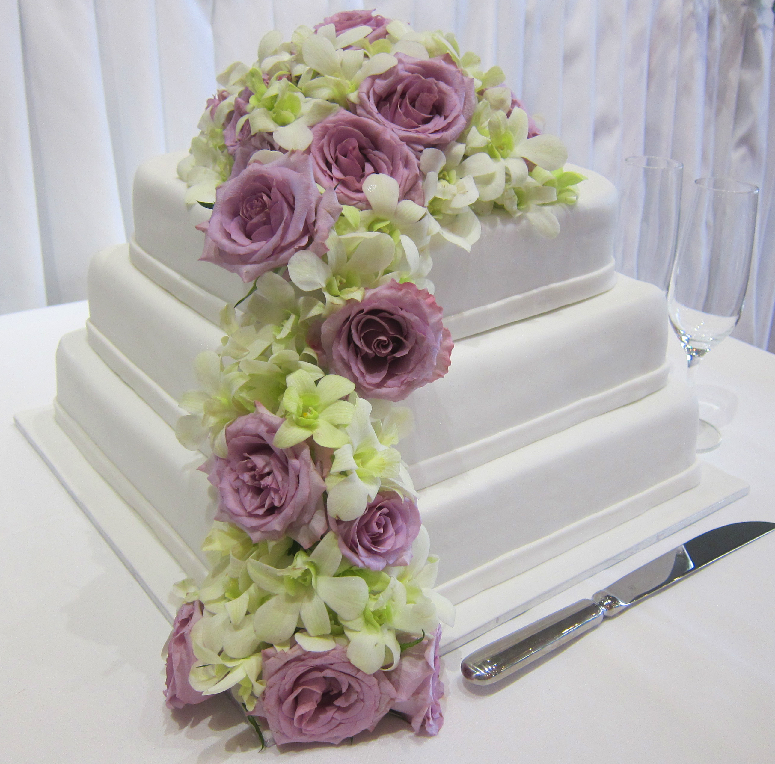 fresh flowers on wedding cakes wedding flowers 2013. Black Bedroom Furniture Sets. Home Design Ideas